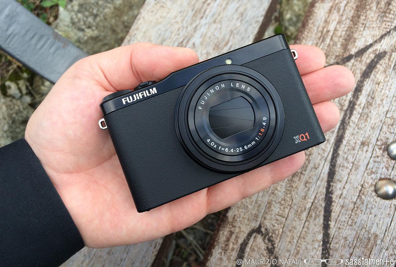 fujifilm-xq1-hand-3