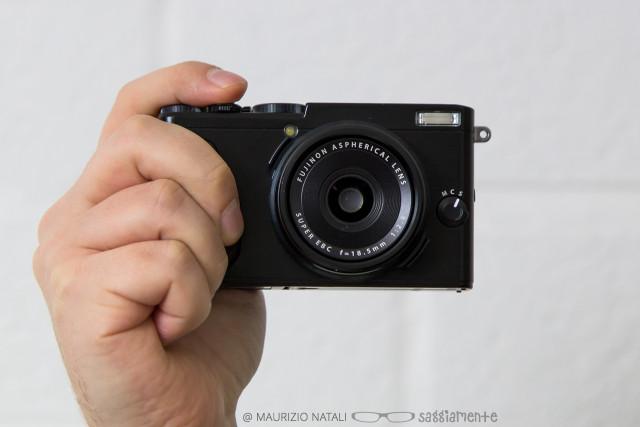 fujifilm-x70-mano-frontale